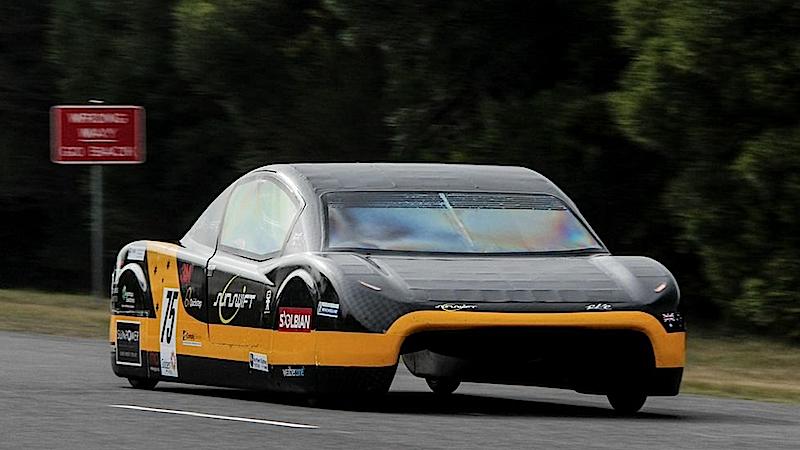 Das E-Auto eVe wiegt nur 317 Kilogramm und fährt auf Reifen, die kaum breiter sind als die eines Motorrollers.