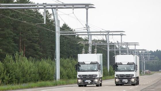 Siemens testst die Oberleitungen für elektrische Lkws auch in Deutschland: Im brandenburgischen Groß Dölln, etwa 120 Kilometer nördlich von Berlin gelegen, fahren auf dem einstigen DDR-Militärflugplatz Templin umgerüstete Hybrid-Lastwagen über den eHighway.