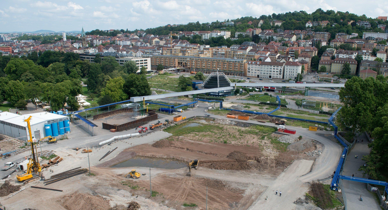 Im Schlossgarten neben dem bisherigen Kopfbahnhof wird der Trog für den geplanten Tiefbahnhof ausgehoben.