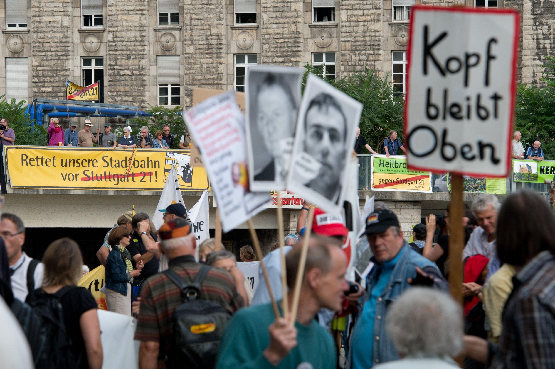 Gegner des Bahnprojektes Stuttgart 21 protestierten anlässlich des Baustarts am Stuttgarter Hauptbahnhof.