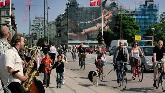 Kopenhagen ist die Europäische Umwelthauptstadt 2014 und zu seinen Fahrradfahrern besonders gut: Die 35 Prozent der Bürger, die mit dem Rad zur Arbeit fahren, können sich auf Grüne Wellen verlassen. Neben den LEDs im Boden signalisieren Leuchttafeln auf der Strecke, in wieviel Sekunden die nächste Ampel umspringt.