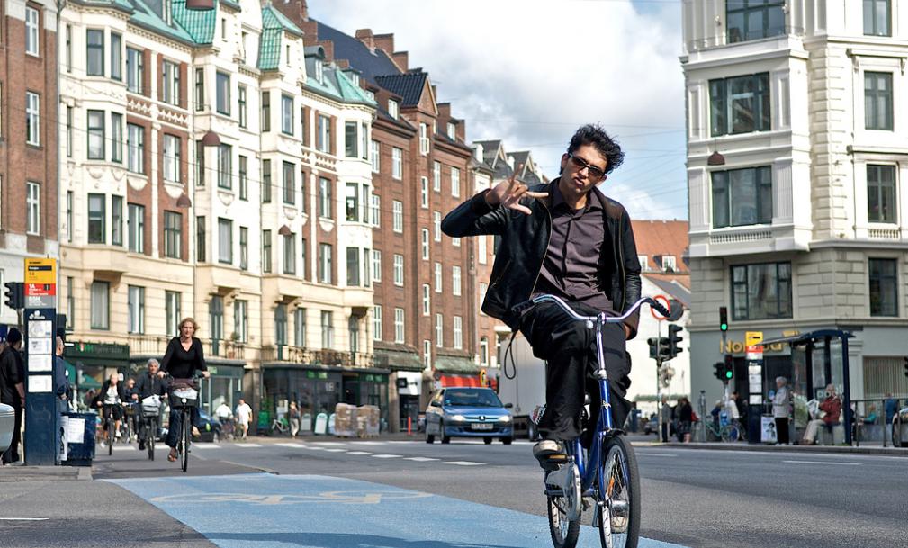 Radfahrer brauchen nichtmals einen Tacho, um zu erkennen, dass sie auf der Grünen Welle fahren. LEDs im Asphalt signaliseren das richtige Tempo von 20 km/h.