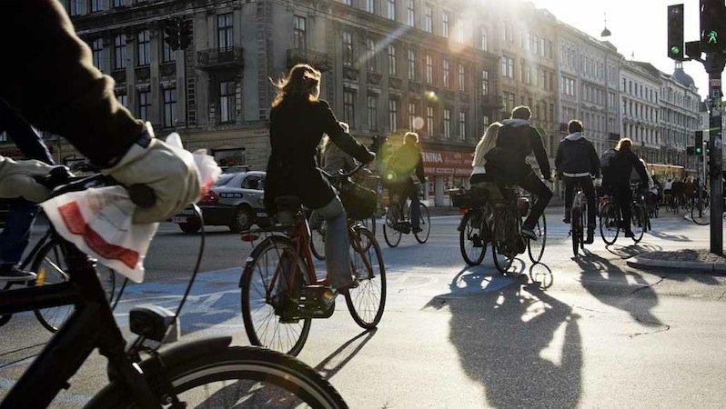 Neue Sensoren im Radweg erkennen, wenn sich eine Gruppe Fahrradfahrer nähert. Die Ampel bleibt dann eine Weile länger grün.