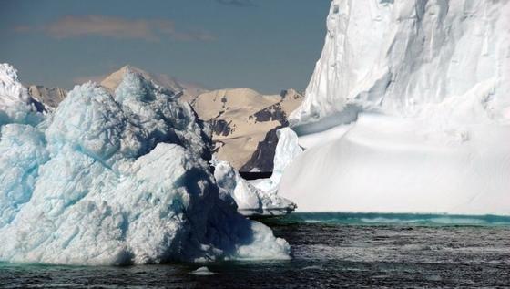 Das Wilkes-Becken bildet das größte marine Landeis-Gebiet in der Region. Derzeit hält ein Eisstück an der Küste die dahinter liegenden Eismassen zurück: wie ein Korken, der den Inhalt einer Flasche zurückhält. Ein Abschmelzen des Eises an der Küste könnte diesen relativ kleinen Korken verschwinden lassen.