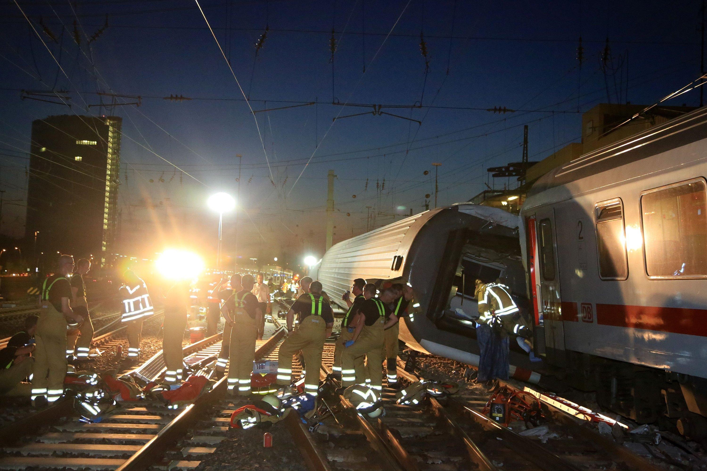 In der Nacht liefen die Bergungsarbeiten vor dem Mannheimer Hauptbahnhof auf Hochtouren. Mittlerweile ist das Chaos an der Unfallstelle beseitigt, die Ermittlungen laufen jedoch weiter auf Hochtouren.