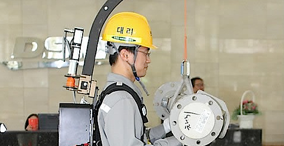 Das Exoskelett besteht aus Aluminium, Stahl und kohlenstofffaserverstärktem Kunstoff und wiegt 28 Kilogramm. Eine Akkuladung reicht für drei Stunden Arbeit.