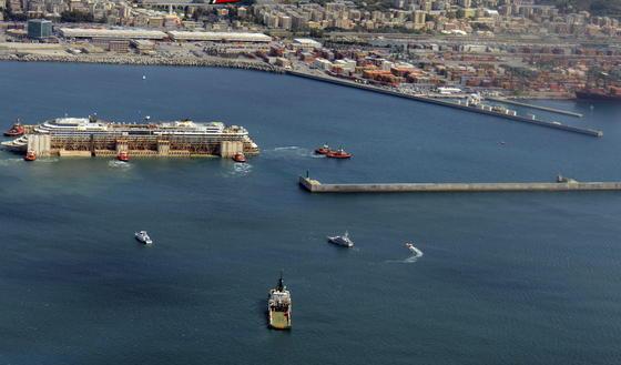 Wrack der Costa Concordia im Hafen von Genua: Zwei Jahre dauert das Verschrotten des Kreuzfahrtschiffes.