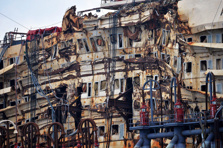 Wrack der Costa Concordia: Jetzt im Hafen von Genua dringen Taucher auch in bislang nicht zugängliche Teile des Schiffes vor.