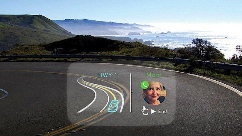 Einen eingehenden Anruf projiziert das System direkt neben die Navigationsinhalte. Mit einer Zeigebewegung oder per Sprachbefehl nimmt der Fahrer den Anruf an. Navdy ist praktischerweise gleichzeitig eine Freichsprechanlage.