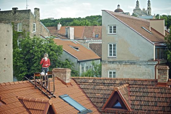 Die DesignerinAinė Bunikytė hat eine Tisch- und Stuhlkombination entwickelt, die man an den Dachfirst hängen kann. Allerdings muss man beim Kaffeegenuss schwindelfrei sein.