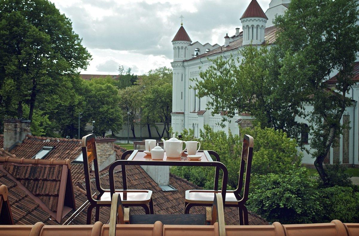 Wer keine Angst hat und aufs Dach klettern kann, erlebt dank der Tisch- und Stuhlkombination der litauischen DesignerinAinė Bunikytė eine Kaffeetafel mit unvergesslichem Blick.