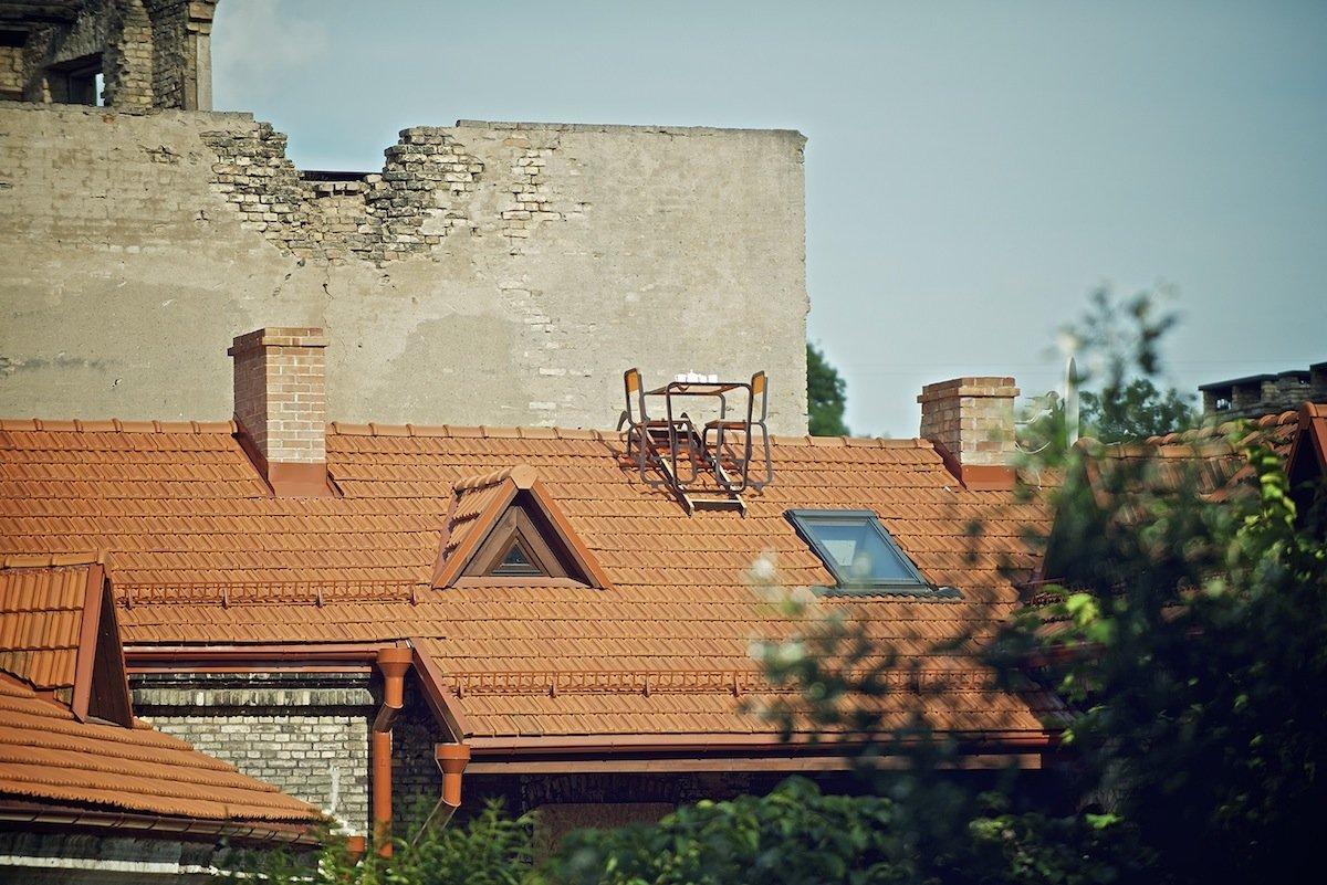 Die Kaffeetafel fürs Dach ist die Abschlussarbeit der litauischenDesignerin Ainė Bunikytė an der Kunstakademie der Hauptstadt Vilnius.