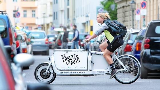 Lastenrad in Berlin:Elektrische Lastenräder könnten in Großstädten die Hälfte aller Warentransporte und sogar bis zu 85 Prozent aller Autokurierfahrten übernehmen, so das Ergebnis neuer Studien und Testreihen.