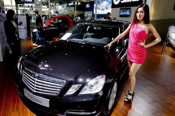 Chinesische Ermittler haben Geschäftsräume bei Daimler Benz in Shanghai untersucht und Computer beschlagnahmt. Der Konzern hatte zuvor schon für 10.000 Ersatzteile die Preise um 15 Prozent gesenkt.