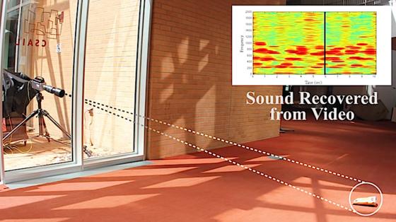 Selbst schalldichtes Glas kann das visuelle Mikrophon nicht aufhalten: Die Hochgeschwindigkeitskameras filmen die Vibrationen der Chipstüte, ein Algorithmus übersetzt sie in ein Frequenzspektrum. Daraus lassen sich dann gesprochene Sätze und Musik rekonstruieren.
