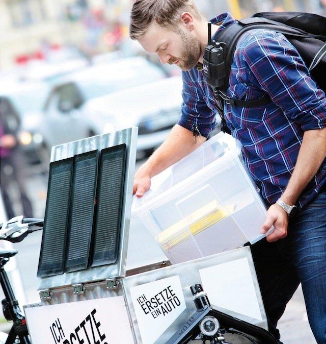 Beladen eines Lastenrades: Die zusätzlich mit einem Elektromotor ausgerüsteten Lastenräder können 100 kg zuladen und haben eine Reichweite von bis zu 90 Kilometern.