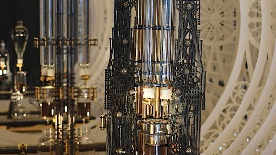 Die einzelnen Komponenten der extravaganten Kaffeemaschine bestehen aus eloxierten Aluminiumplatten, in die mit dem Laser die zarten Muster eingeschnitten wurden. Die Ventile sind aus goldglänzendem Messing und die schlanken Röhren aus unempfindlichem Borosilikatglas.