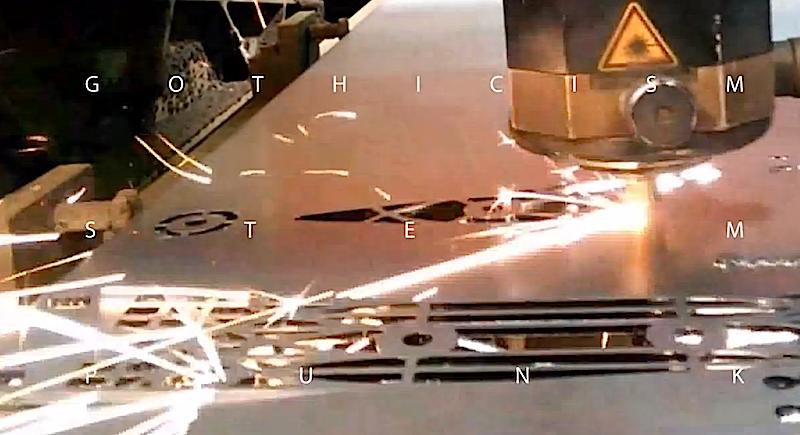 Herstellung der Gothicism: Ein Laser schneidet die Muster in die Aluminiumplatten.