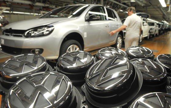 VW-Produktionsstraße für die Modelle Golf und Tiguan im Volkswagen Stammwerk in Wolfsburg. In den USA kämpft der Konzern mit Qualitätsproblemen bei den Modellen Tiguan, Routan und der US-Variante des Passats.