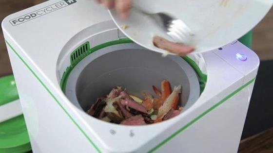 """Der """"Food Cycler Home"""" soll in drei Stunden sämtliche Küchenabfälle in nährstoffreichen Kompost verwandeln. Das Gerät benötigt dafür Strom und erhitzt die Abfälle auf über 80 Grad Celsius. Das Gerät arbeitet geräusch- und geruchlos und kommt ohne Zugabe von Wasser oder andere Stoffe aus."""
