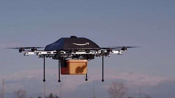 Angeblich will Amazon in Indien auch mit Energieversorgern verhandeln. Die Drohne könnte sich nämlich beim Navigieren an den Stromzählern der Haushalte orientieren. Tragen kann sie Päckchen, die maximal 2,25 Kilogramm wiegen.