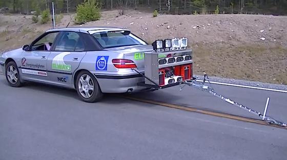 Stromabnehmer der Testfahrzeuge greifen in die Stromschienen und versorgen die Batterie des E-Autos mit Energie. Unter Strom steht allerdings nur der jeweilige 50 Meter lange Abschnitt um das Fahrzeug herum.