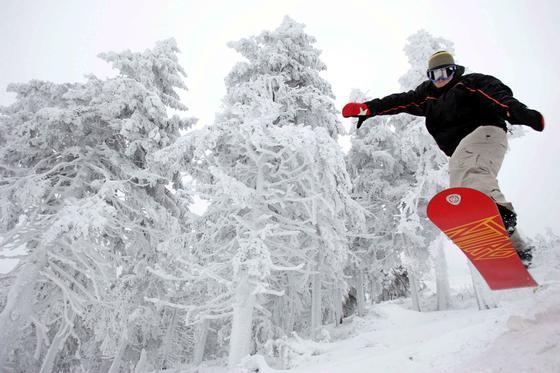 Snowboarder, Mountainbiker und Skater lieben es, mit Helmkameras ihre abenteuerlichen Fahrten zu filmen. Bei der Präsentation im Zeitraffer wird es bislang allerdings ungemütlich ruckelig. Das will Microsoft mit dem Hyperlapse-Algorithmus ändern.