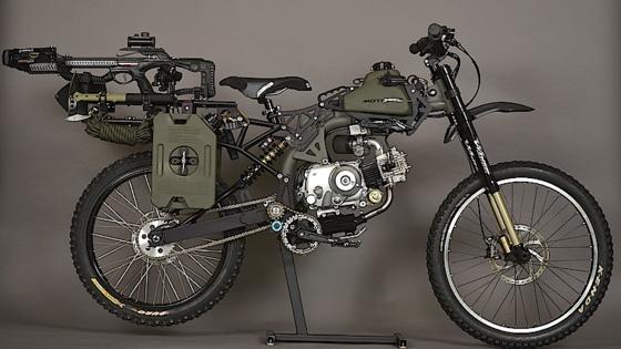 Bereit für den Weltuntergang? Das Motoped lässt sich nicht nur mit einem 150-Kubikzentimeter-Motor ausstatten, sondern auch mit Armbrust, Harpune und allerlei Werkzeugen.