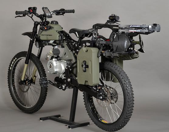Bei der Apokalypse besonders wichtig: Ersatztank, Schaufel, Axt und iPhone-Halter. Verbrauchen soll das Survival Bike übrigens nur zwischen zwei und drei Litern Benzin auf 100 Kilometer.
