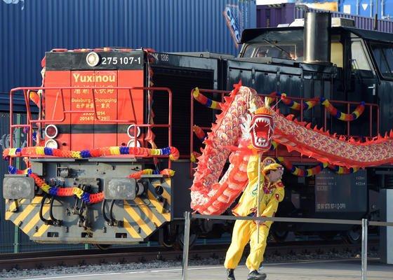 """Der """"Yuxinou""""-Zug fährt am 29. März 2014 während des Besuches von Chinas Präsident Xi in den Duisburger Hafen ein: Seit dem 11. August transportiert er nicht nur Autozubehör, sondern auch in Deutschland gebaute Autos. Sie reisen dann in Containern den mehr als 10.000 Kilometer langen Weg bis ins Reich der Mitte."""