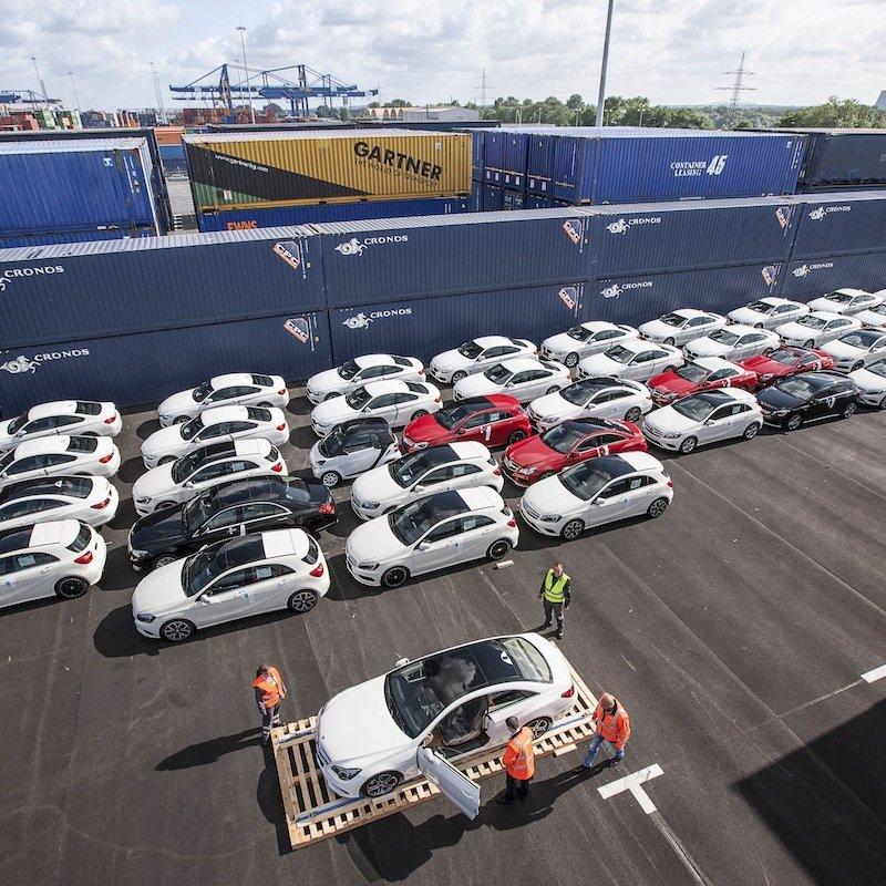 """82 Neuwagen werden auf dem Duisburger Logport in den Containern für den Zug nach China """"eingeparkt"""