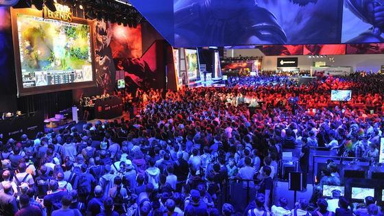 Hunderte Besucher tummelten sich auf der Gamescom 2013 am Stand von Riot Games. Das Free-to-play-Spiel League of Legends wird zu Spitzenzeiten von über sieben Millionen Spieler gleichzeitig gespielt.