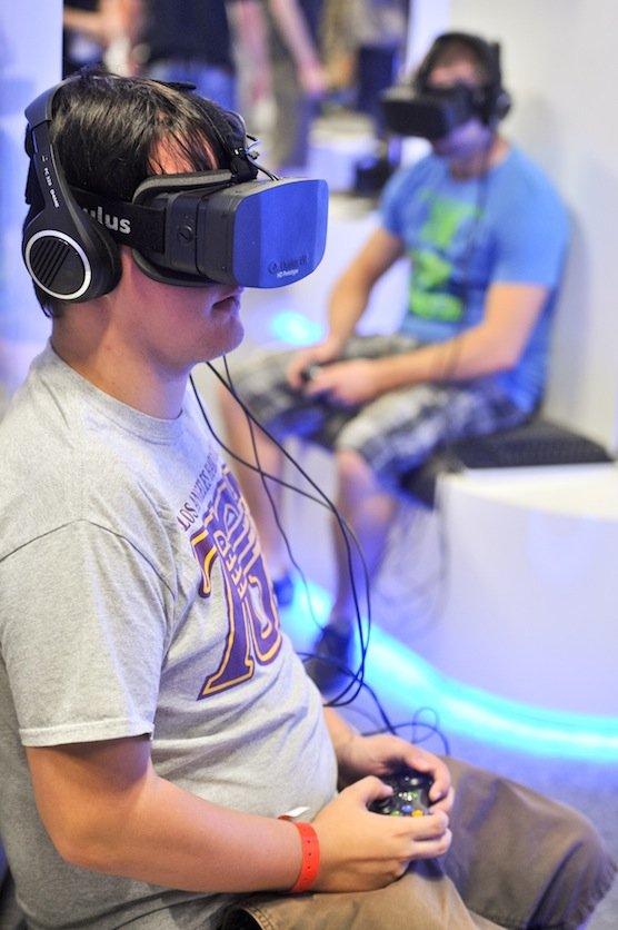 Für Begeisterung sorgte 2013 auch die Oculus Rift: Die Virtual-Reality-Brille macht es möglich, dass sich der Träger durch Kopfbewegungen in virtuellen Welten umsehen kann.