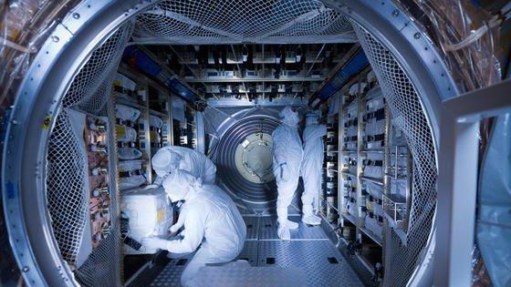 """6555 Kilogramm Fracht wurden an Bord des europäischen Raumtransporters ATV-5 """"Georges Lemaître"""" verstaut. Dazu gehörten Nahrung für die Astronauten, Treibstoff, Wasser und Atemluft sowie wissenschaftliche Experimente. Das """"Automated Transfer Vehicle"""" startete am 30. Juli zur Internationalen Raumstation ISS."""