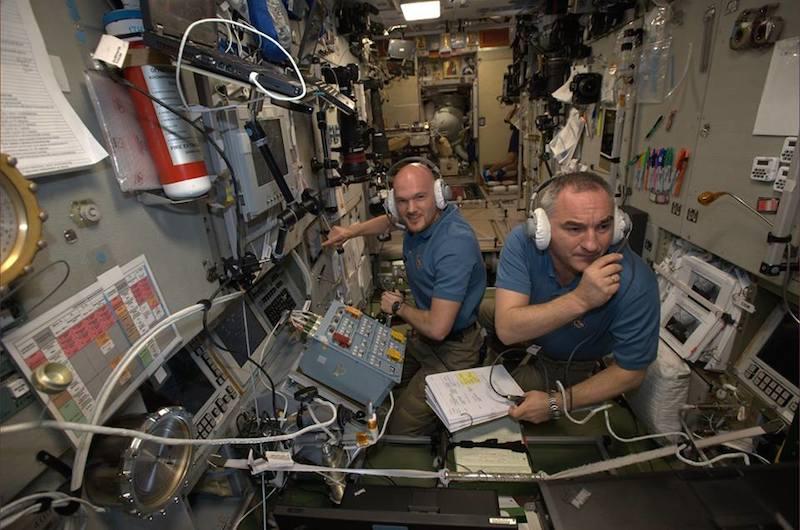 """Alexander Gerst begrüßt den Raumfrachter nach geglücktem Andockmanöver: """"Herzlich Willkommen, ATV Georges Lemaître, unser neuestes ISS-Familienmitglied!"""" Im Hintergrund ist die noch geschlossene Klappe des Raumfrachters zu sehen."""