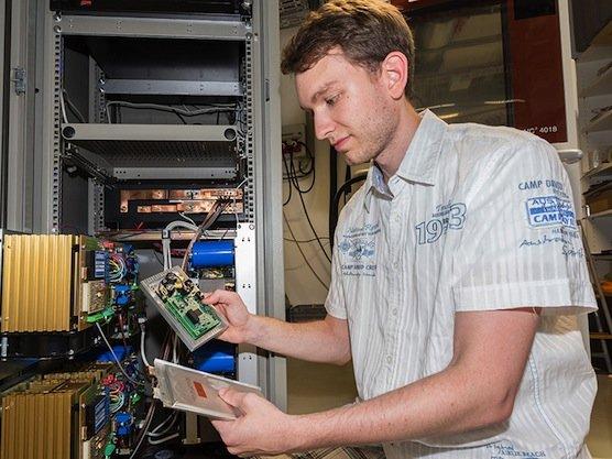 TU-Forscher Thomas Günther testet das neue Messsystem, mit dem sich Akkus der Elektroautos erstmals während der Fahrt testen lassen. Der Autoindustrie sollen die Messwerte dabei behilflich sein, effizientere Akkus zu entwickeln.