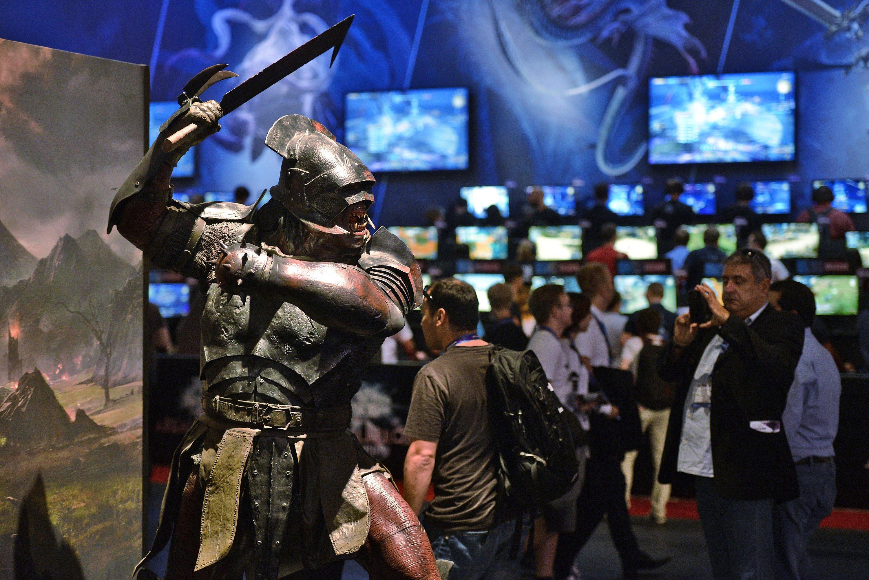 Besucher spielen am ersten Fachbesuchertag der Computerspielemesse Gamescom das Spiel Final Fantasy, ein Rollenspiel der Firma Squaresoft.