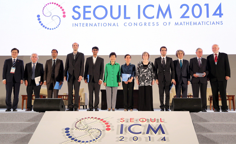 Eröffnung der Internationalen Mathematikerkongresses 2014 im südkoreanischen Seoul.Maryam Mirzakhani (Sechste von rechts) steht rechts neben der südkoreanischen Präsidenten Park Geun-hye.