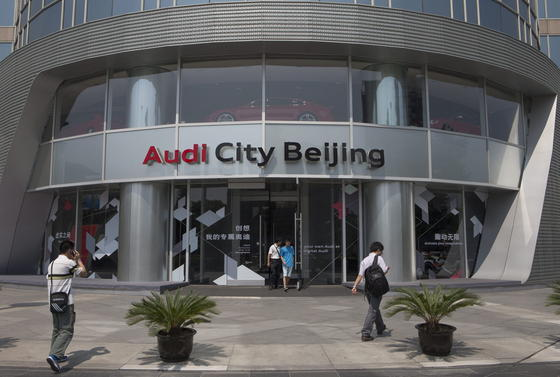 Audi-Filiale in Peking: Der Konzern räumt Verstöße gegen das Anti-Monopolgesetz in China ein und will mit den Ermittlern zusammenarbeiten. Audi hat dieses Jahr schon 317.000 Fahrzeuge auf dem chinesischen Markt absetzen können.