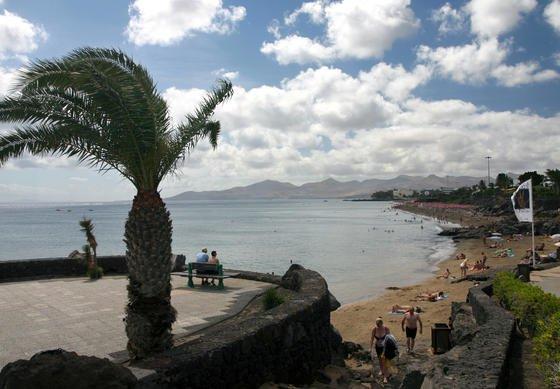 Strand von Puerto del Carmen auf der zu Spanien gehörenden Insel Lanzarote. Macht ein Daimler-Mitarbeiter hier Urlaub, soll er nicht an sein Postfach denken müssen, das in der Heimat überschwappt. Schaltet er Mail on Holiday ein, löscht das neue Tool alle eingehenden Mails.