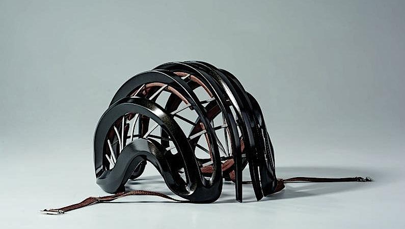 Der Helm besteht aus viskoelastischen Protektoren unterschiedlicher Dicke, die von Leder-Kevlar-Bändern zusammengehalten werden. Er ist extrem flexibel, verliert dadurch aber nicht an Schutzwirkung.