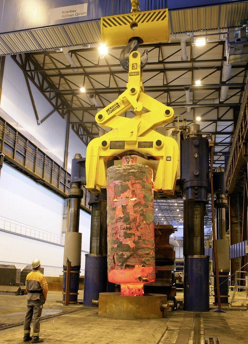 Diese Turbinen- und Generatorwellen für Kraftwerke stellt das Unternehmen Saarschmiede in Völklingen in einer der weltweit modernsten Freiformschmieden her. Wichtig ist das exakte Zusammenspiel zwischen der 12.000-Tonnen-Schmiedepresse und den zwei Portalkränen, die das Werkstück in Position halten. Siemens installierte eine WLAN-Verbindung mit Industriestandard zwischen den Kränen und der Pressensteuerung.