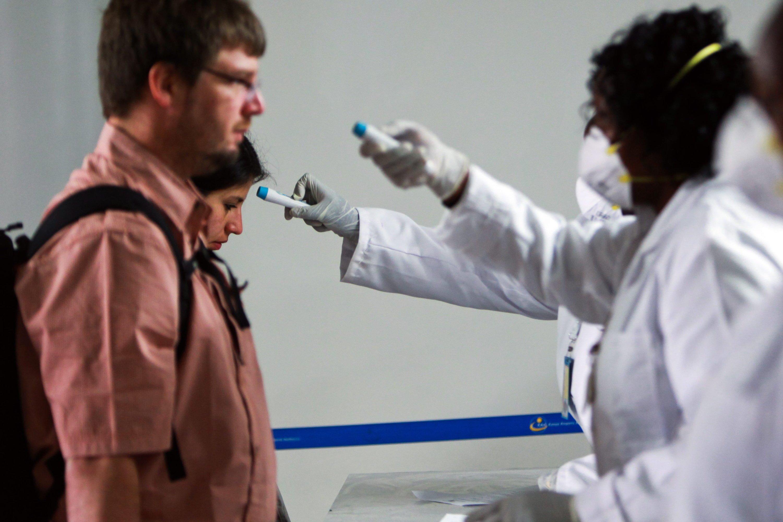 An der kenianischen Grenze kontrollieren Mitarbeiter die Körpertemperatur der Einreisenden. Sie wollen verhindern, dass sich die Epidemie in den Osten Afrika ausweitet.