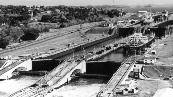 Blick auf dieGatùn-Schleuse, aufgenommen am 19. November 1968. Bis heute gilt der Panama-Kanal als eines der wagemutigsten und faszinierendsten Bau-Projekte aller Zeiten. Genau 100 Jahre nach seiner Einweihung ist eine Schiffsdurchquerung immer noch ein besonderes Abenteuer.