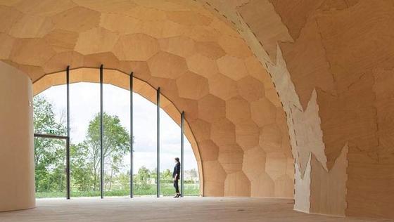 Der geschwungene Pavillon steht auf der baden-württembergischen Landesgartenschau in Schwäbisch Gmünd: Genau 243 Platten aus Buchen-Funierschichtholz verarbeiteten die Erbauer, jede davon nur 50 Millimeter dick.