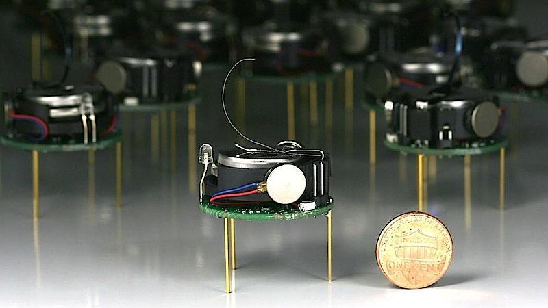 Die drei Zentimeter kleinen Kilobots tanzen dank Vibrationsmotoren, Lithium-Ionen-Akkus, Metallbeinchen und Infrarotsendern.