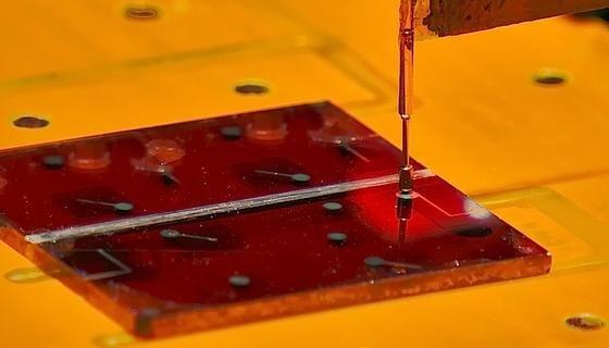 In einem Sonnensimulator testeten die Forscher den Wirkungsgrad der Solarzellen aus flüssig-prozessiertem Silizium. Mit 3,5 Prozent lag der Wirkungsgrad siebenfach höher als bei vergleichbaren Zellen dieser Art.