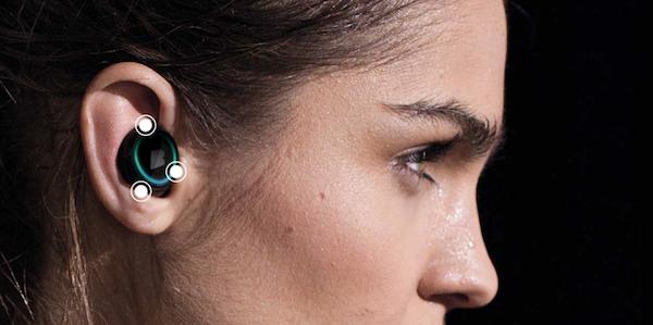 Das deutsche Start-up Bragi kommt 2015 mit In-Ear-Kopfhörern auf den Markt, die beim Sport Puls und ähnliche Fitnessdaten messen, über die gleichzeitig aber auch telefoniert werden kann.