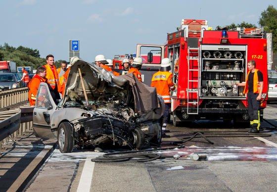 Unfallort auf der Autobahn A2 bei Wunstorf (Niedersachsen): Ein Falschfahrer verursachte am 31.07.2014 einen Unfall mit mehreren Autos, er selbst kam dabei ums Leben.