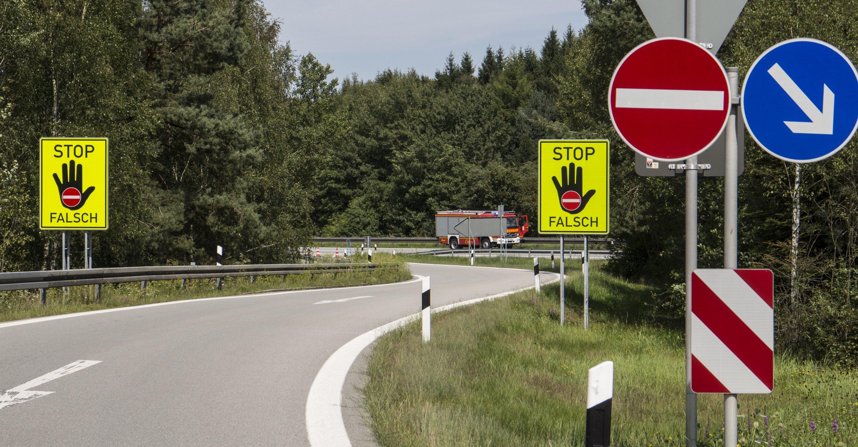 Warnhinweise für Falschfahrer an einer Autobahnausfahrt an der Autobahn A3 bei Passau (Bayern).